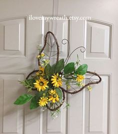Dekoration Vase 60 Cheerful Spring Wreath Ideas to Add a Flourishing Bloom To Your Home Decor - Ethinify Wreath Crafts, Diy Wreath, Door Wreaths, Wreath Ideas, Diy Spring Wreath, Spring Crafts, Couronne Diy, Sunflower Wreaths, How To Make Wreaths