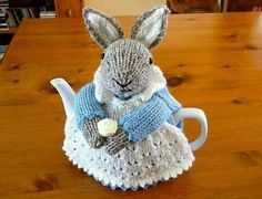 Bunny tea cozy worthy of Beatrix Potter. Knit Or Crochet, Crochet Crafts, Yarn Crafts, Crochet Toys, Hand Crochet, Crochet Granny, Knitting Projects, Crochet Projects, Knitting Patterns