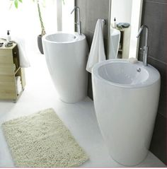Une salle de bain où le blanc domine, avec juste un mur de carrelage gris anthracite