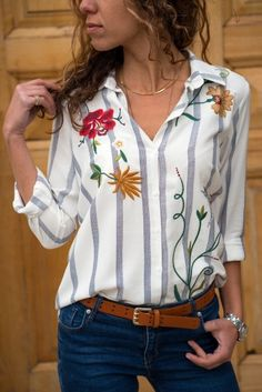 love the mix of stripes and florals Look Fashion, Korean Fashion, Trendy Outfits, Fashion Outfits, Sewing Blouses, Clothes Crafts, Blouse Online, Blouse Styles, Bleu Marine