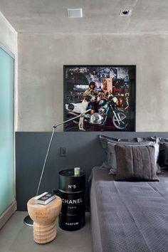 Quarto | Em frente à cabeceira de MDF com papel de parede da Orlean, luminária da Lumini e quadro Meninas do Rio, de Ana Stewart (Foto: Denilson Machado/MCA Estúdio)