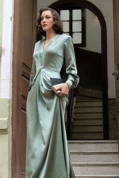Marion Cotillard in Allied - Kleider - 1940s Fashion, Vintage Fashion, Club Fashion, Pretty Dresses, Beautiful Dresses, Gorgeous Dress, 40s Mode, Vintage Dresses, Vintage Outfits
