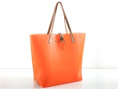 IVONNE VINYL ORANGE HANDBAG Tote bag made of treated vinyl with neat leather details and strap. Item has been designed for rainy cities as well as trendy beach spots. Designer JT knows exactly what a sophisticated, delicate woman is craving for