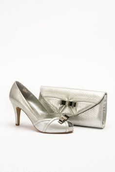 Mid heel height silver shoe with bow detail and matching bag. Product code – GS14AC Colour – Silver