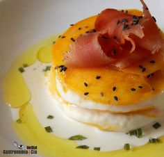 Lasaña de mango y brandada de bacalao Fish Recipes, Seafood Recipes, Gourmet Recipes, Pescado Recipe, Tapas Menu, Gula, Party Finger Foods, Sustainable Food, Mediterranean Dishes