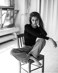 Studio Photography Poses, Self Portrait Photography, Photo Portrait, Portrait Photography Poses, Photography Poses Women, Modeling Photography, Woman Photography, Self Portrait Poses, Fashion Photography Art
