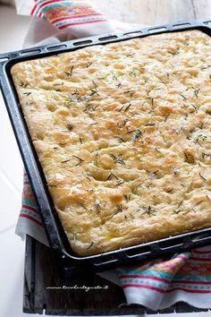 Soft focaccia: basic recipe how to make the perfect focaccia! Focaccia Pizza, Pan Relleno, Gourmet Recipes, Vegetarian Recipes, Salty Cake, Football Food, Snack, Finger Foods, Food Inspiration