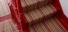 tapis et escalier en rouge design Painted Stairs, Style Vintage, Home Decor, Carpet Staircase, Stairs, Home Decoration, Red, Painted Staircases, Decoration Home