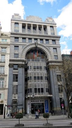 Post Modern Architecture, Spanish Architecture, Commercial Architecture, Landscape Architecture, Foto Madrid, Classic House Design, Neoclassical Architecture, World Cities, Building Design