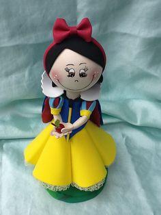 Branca de Neve Princess Theme Cake, Princess Birthday, Fondant Cake Toppers, Fondant Figures, Snow White Doll, Fondant Decorations, Clothespin Dolls, Foam Crafts, Handmade Crafts