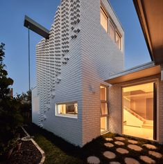 World Architecture Community News - Atelier Red+Black built white Cascade House that features different patterns of brick in Melbourne Zaha Hadid, Urban Heat Island, Solid Brick, Brick Detail, Estilo Art Deco, Brick Architecture, Brick Facade, Large Backyard, Australian Homes