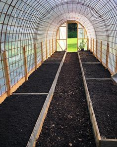 construction-dune-serre-tunnel-par-sofie-persson-pankpraktikan-ediblegarden-construction/ - The world's most private search engine Tunnel Greenhouse, Diy Greenhouse Plans, Greenhouse Effect, Backyard Greenhouse, Small Greenhouse, Greenhouse Wedding, Pallet Greenhouse, Homemade Greenhouse, Underground Greenhouse