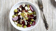 Saftiger Traubensalat #veggy #salad #grapes #onion #nuts #cheese…