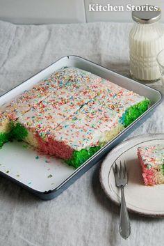 Bunter #Papageienkuchen vom Blech. So schmeckt der #Regenbogen! Einfaches #Rezept mit #Video Anleitung für Parties und #Geburtstag! Schau dir direkt hier an, wie du den #Kuchen nachbacken kannst!