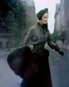 British model Wenda Parkinson photographed wearing a Christian Dior hussar-style velvet-and-wool tailleur and black-fox muff in Paris, 1949 Photographer: Norman Parkinson Couture Vintage, Vintage Dior, Vintage Glamour, Vintage Vogue, Vintage Dresses, Vintage Outfits, Christian Dior, Dior Fashion, 1940s Fashion
