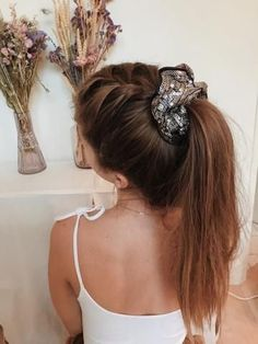 Hair party - Emily Zwiebi - Hair party Hair party – Scrunchie is back Short Choppy Hair, Medium Short Hair, Medium Hair Styles, Curly Hair Styles, Party Hairstyles, Scarf Hairstyles, Braided Hairstyles, Brown Ombre Hair, Ombre Hair Color