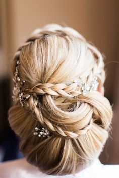 Very elegant hair idea! 8 Wedding hairstyles updo with flowers