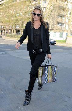 Los 40 años de Kate Moss, con una chaqueta de esmoquin y vaquero pitillo