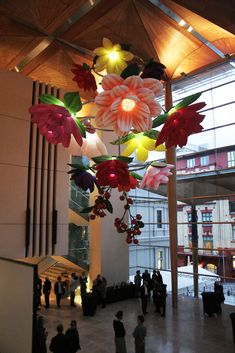 Moving flowers chandelier, Auckland Art Gallery Toi o Tanmaki, 2011 Flower sculpture by CHOIJEONGHWA