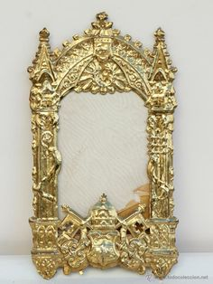 Antiguo marco de latón dorado y troquelado con el escudo del Vaticano -  El Desván de Bartleby C/.Niebla 37. Sevilla
