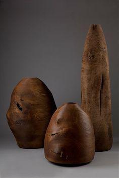 Ernst Gamperl - Nach dem Drechseln des frischen Holzes, für das er zum Teil mächtige, komplette Baumstämme auswählt und zersägt, entstehen beim Trocknen Ausbuchtungen, Schwünge und Risse. Manchmal werden die Risse mit kleinen Holzklammern oder Drahtklammern stabilisiert und verleihen den Objekten, ebenso wie die fein eingeschnittenen Rillen ihre besondere Aura.