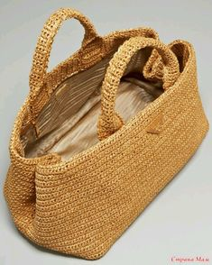 crochet kingdom (E.H): beautiful crochet raffia bag ! Bag Crochet, Crochet Handbags, Crochet Purses, Prada Handbags, Purses And Handbags, Prada Purses, Prada Tote, Diy Handbag, Basket Bag