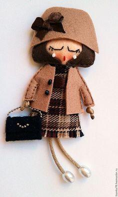 Броши ручной работы. Ярмарка Мастеров - ручная работа. Купить Брошь-куколка из фетра. Handmade. Разноцветный, куколка Farm Animal Crafts, Diy Crafts How To Make, Felt Pictures, Wool Quilts, Polymer Clay Dolls, Felt Decorations, Felt Brooch, Tiny Dolls, Brooches Handmade