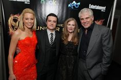 """Elizabeth Banks, Josh Hutcherson, Suzanne Collins, and Gary Ross arrive at the world premiere of """"The Hunger Games"""" in Los Angeles, California. Hunger Games Cast, Hunger Games Catching Fire, Hunger Games Trilogy, Mockingjay Book, Katniss And Peeta, Suzanne Collins, Elizabeth Banks, 2 Movie, Geek Chic"""
