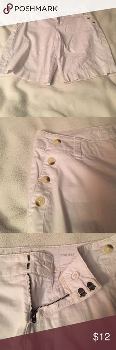 """White Women's Bermuda shorts❤ Sorry it looks wrinkled it the picture from being folded. NWOT they are my moms but she never wore them, due to the fact that she lost about 60lbs and doesn't like her """"flabby chicken legs"""" 🙄 size 6. Can be rolled over to add a different length and style. Cool marbled buttons on side for a different edge to it, along with a unique fasteners. Feel free to offer they are ready to go! Sonoma Shorts Bermudas"""