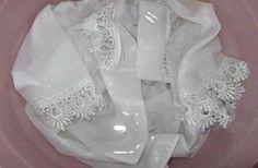 Cómo blanquear ropa: Esta es la forma más eficaz de conseguir La Ropa Blanca Ingredientes: 1 taza de vinagre blanco. 1 ½ taza de bicarbonato de sodio.1 cucharada de sal común de mesa.1 cucharada de agua oxigenada. En primer lugar, vierte en una cubeta, dos tazas de agua caliente junto con el vinagre blanco. Coloca la prenda dentro del líquido y déjala allí por media hora para que se humedezca bien. Mientras esperas mezcla, en un pequeño recipiente, el bicarbonato,