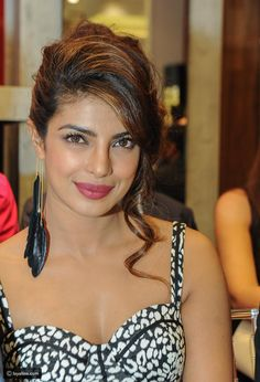 نجمة بوليوود بريانكا شوبرا تشارك بافتتاح متجر GUESS في دبي - ليالينا Priyanka Chopra Makeup, Priyanka Chopra Images, Actress Priyanka Chopra, Priyanka Chopra Hot, Bollywood Actress Hot Photos, Indian Actress Hot Pics, Most Beautiful Indian Actress, Beautiful Actresses, Deepika Padukone Style