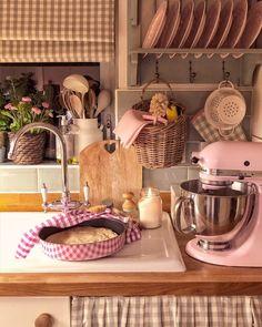 Cosy Kitchen, Kitchen Shelf Decor, English Country Kitchens, Country Kitchen Farmhouse, Beautiful Kitchen Designs, Beautiful Kitchens, Fancy Houses, Cottage Kitchens, Cottage Chic