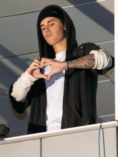 """Justin Bieber shows love for his Beliebers at an """"El Hormiguero"""" taping in Madrid on Wednesday. Justin Bieber Wallpaper, Justin Bieber Pictures, I Love Justin Bieber, Justin Photos, Justin Baby, Justin Hailey, Lindsay Lohan, Note, My Boyfriend"""