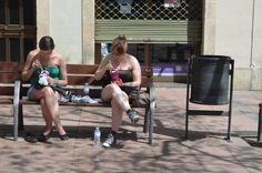 Caminando por Grácia.  Parece que la comida viene con instructivos de como sentarse. Salio el sol y comimos afuera...  Comemos comida oriental (slow food concept) al aire libre y somos unas señoritas (mensaje)