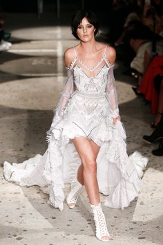 See the complete Julien Macdonald Spring 2018 Ready-to-Wear collection.