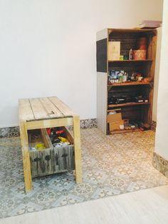 cajones de madera reconvertidos en estantería