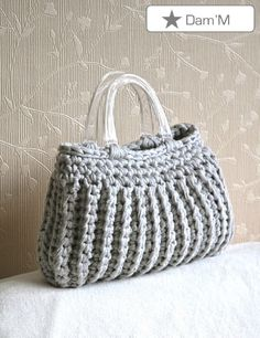 Sac Zpagetti -1. French website. No tutorial but it looks like the bottom of bag is slip stitch in the back loop.