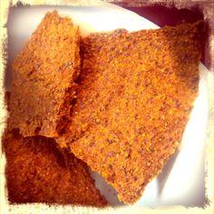 Sei es als Cracker zu Dips und Salaten, mit Avocado belegt oder mit leckerem Aufstrich darauf, dieses würzige Rohkost Brot schmeckt einfach lecker!