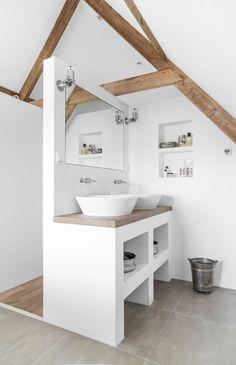 Une salle de bain design sous les toits.