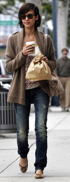 Love her ray-bans, her hair & her flats..I could pull this off I'm thinkin'