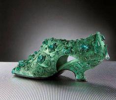 Escarpin en satin vert entièrement rebrodé d'émeraudes par Lesage, 1987, Roger Vivier Paris.