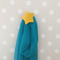 Appendiabiti in metallo a stella, colore giallo. Appendino singolo da fissare a muro. Appendiabiti di design. Stella da fissare a muro.