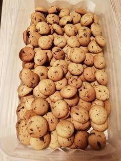 A család szerint a világ legfinomabb csokis keksze! Sokáig eláll, így ha hirtelen betoppan valaki a családból, lesz mivel megkínálni. Christmas Cookie Boxes, Mini Cookies, Small Cake, Winter Food, Pavlova, Biscuit, Food And Drink, Cooking Recipes, Sweets