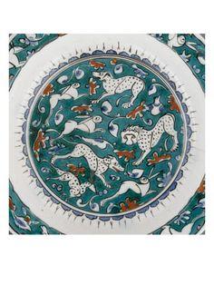 Plat à décor de lion, lièvres et animaux fantastiques sur fond vert - Musée national de la Renaissance (Ecouen)