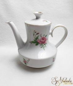 A beautiful German Winterling Bavaria(n) china or porcelain Coffeepot / large teapot with a floral pattern of pink roses and with gold trims. Shaped in 60s/70s style, a vintage pot. In good condition, By SoVintastic, €27.00 only