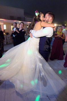 most happy wedding dancing at backyard wedding ideas Elegant Wedding Cakes, Elegant Wedding Invitations, Wedding Menu, Home Wedding, Wedding Tips, Wedding Blog, Fall Wedding, Wedding Styles, Real Weddings