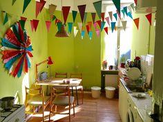 Sonnige WG-Küche mit grün gestrichenen Wänden und bunten Dekos. #Küche #WG #bunt