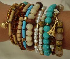 Pulseira Extravagância <br>é um mix de materiais com turquesas,resinas,cristais madeiras ,na mola,dando a intenção de estar com várias pulseiras,deixando seu look inclível !!