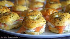 Smoked salmon and tzatziki mini bagels Small dishes Mini Bagel, Mini Blt, Pot Luck, Tzatziki, Cas, Mini Hamburgers, Afternoon Tea Recipes, Brunch Party, Mini Foods