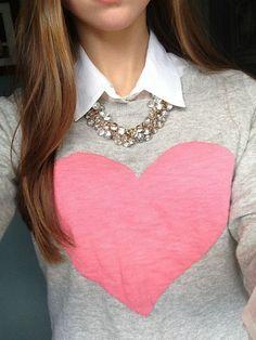 Outfit para San Valentín: Puedes darle un toque cute a tu suéter utilizando una camisa debajo y sacar el cuello por encima de éste. Si te pones un collar lindo con este conjunto, ¡se verá divino!